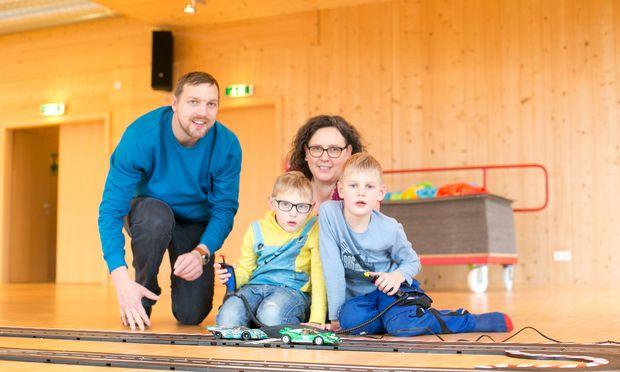 Janis (l.) und Jona mit Eltern bei der Hauptattraktion Carrerabahn. Zwei Wochen ist die Familie in Salzburg.