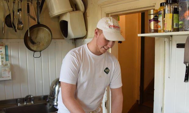 Simon Janisch arbeitet vier Wochen lang in einer kleinen Bäckerei in Belfast. In Niederösterreich macht er eine Lehre in einem Großbetrieb.