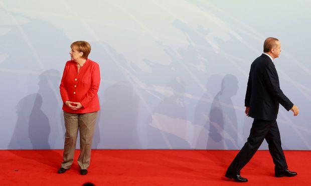 Kanzlerin Angela Merkel schlägt inzwischen gegenüber Recep Tayyip Erdoğan eine härtere Gangart ein. Aber noch zähmt das den Präsidenten nicht.