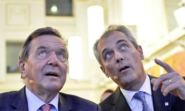"""Gerhard Schröder, den OMV-Chef Rainer Seele """"Bundeskanzler"""" nennt, warb in der Wiener Hofburg für die neue Strategie der OMV."""