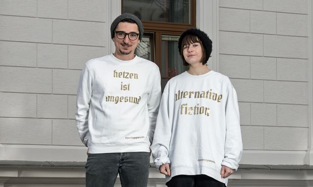 Zwei von fünf. Thomas Arzt und Gerhild Steinbuch, Mit-begründer von Nazis & Goldmund, und ihre Lese-Uniform. / Bild: Carolina Frank