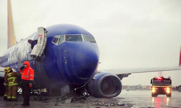 Das Flugzeug schlitterte über die Landebahn hinaus.