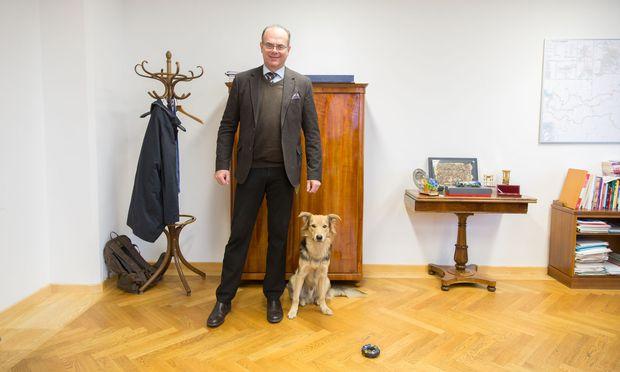 Andreas Reichhardt mit Schäfermischling Finn, den er aus einem Belgrader Tierheim geholt hat.