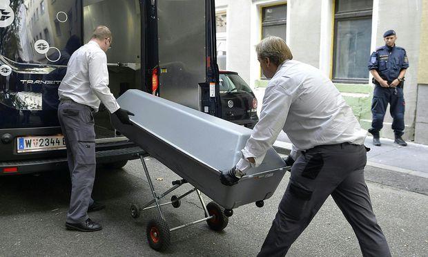Die Leiche der 14-Jährigen wird nach der Bluttat am Montag abtransportiert / Bild: APA/HERBERT NEUBAUER