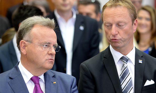 Landeshauptmann Hans Niessl (l.) und sein Stellvertreter Hans Tschürtz führen seit Juli 2015 eine rot-blaue Koalition im Burgenland an.