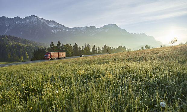 Lkw auf einer Tiroler Landstraße. / Bild: Getty Images/Westend61