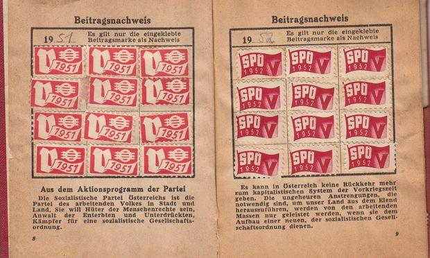 Im historischen Parteibuch der SPÖ wurden für bezahlte Mitgliedsbeiträge Marken eingeklebt.
