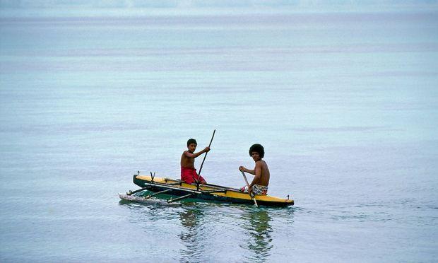 Men in Canoe Tuvalu South Pacific PUBLICATIONxINxGERxSUIxAUTxONLY Copyright TimxGraham 1161 2742