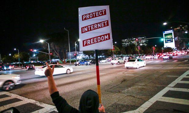 Die Netzneutralität ist in den USA – trotz Protestaktionen in vielen Städten – seit Juni Geschichte. Die Regulierungsbehörde hat die Regeln zur Gleichbehandlung aller Daten aufgehoben. Die EU will weiterhin am Prinzip der Netzneutralität festhalten.