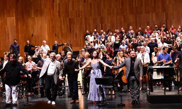 Vier Stars und ein exzellenter Dirigent: Stanislav Trofimov, Plácido Domingo, Riccardo Minasi, Aida Garifullina und Javier Camarena beim Applaus.