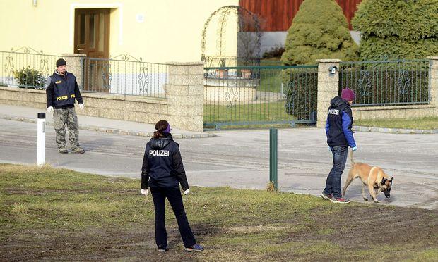 Auch der Spürhund der Polizei ist in Tallesbrunn im Einsatz.