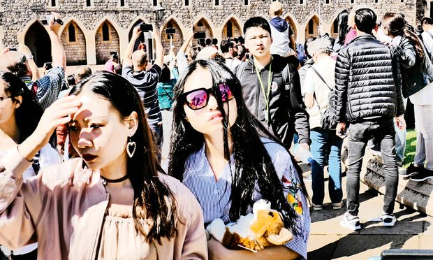 Chinesische Touristen mit ihrer kaum ausgeprägten Individualisierung stoßen in Europa oft auf Ablehnung oder Hohn.