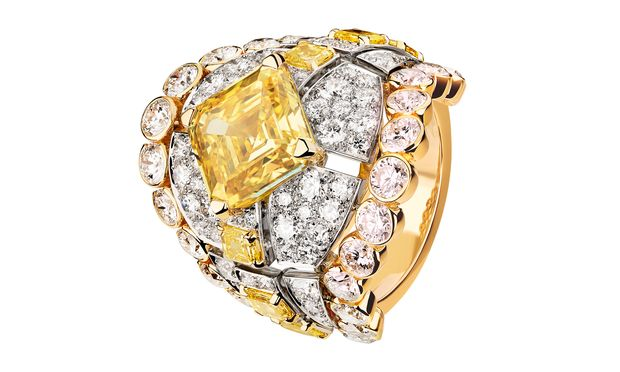 """Paris Russe. Aus der Haute-Joaillerie-Kollektion von Chanel: Der Ring """"Roubachka"""" in Gelbgold und Platin mit weißen und gelben Diamanten."""