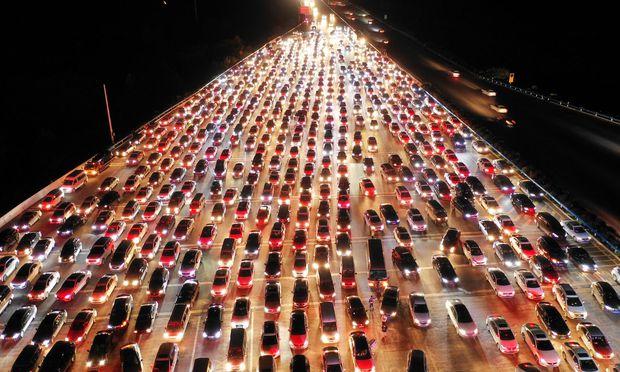 Bei höherer Fahrgeschwindigkeit steige die Umweltbelastung überproportional, sagt der Ökonom Karl Aiginger. Er kritisiert deshalb die von türkis-blau eingeführten Teststrecken, auf denen Tempo 140 erlaubt ist.