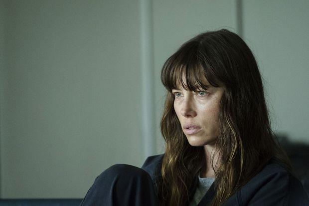Mit leerem Blick wandert Jessica Biel durch die Serie.