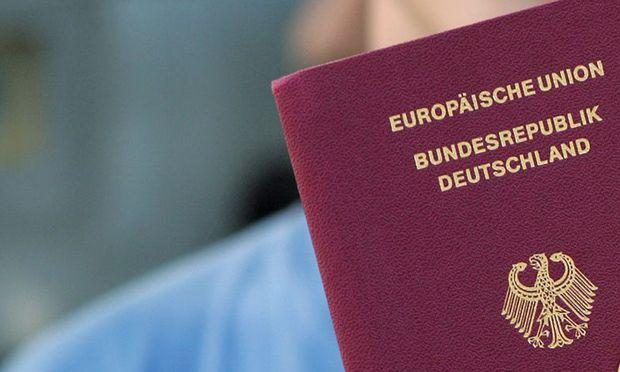 Der Handel mit echten Flüchtlingspapieren boomt in Deutschland, warnt die deutsche Polizei.