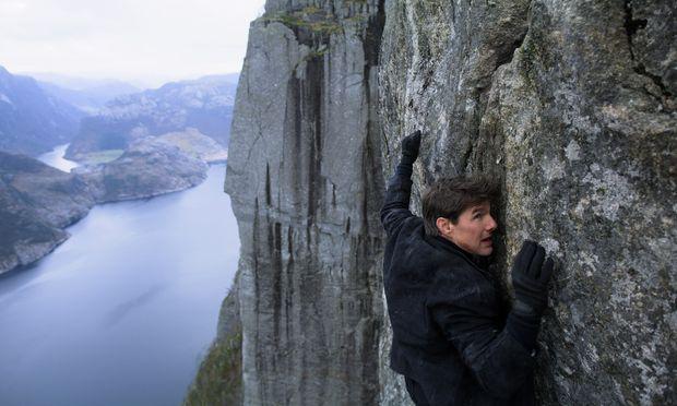 Eine atemberaubende Hänge- und Kletterpartie von vielen: Ethan Hunt (Tom Cruise) klebt am Felsen wie ein Gecko.
