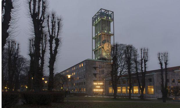 Das Motto der Europäischen Kulturhauptstadt leuchtet vor dem von Arne Jacobsen und Erik Møller errichteten Rathaus.