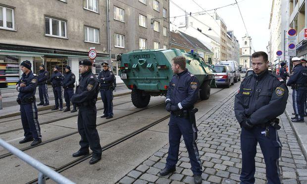Aufgrund des Polizeiaufgebots kam es zu Verkehrsbehinderungen.