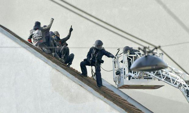 Polizeieinsatz am Dach in der Neulerchenfelder Straße.