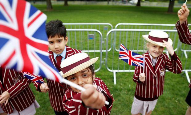 Auch Schulkinder machen beim Hochzeitstrubel in Großbritannien mit.