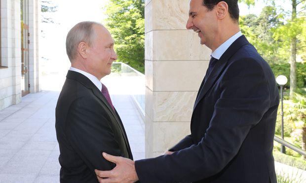 Zweimal herzliche Begrüßung: Am Donnerstag kam Syriens Bashar al-Assad auf Blitzbesuch nach Sotschi.