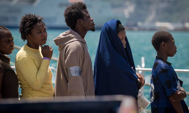 Flüchtlinge landen in Salerno/Italien.