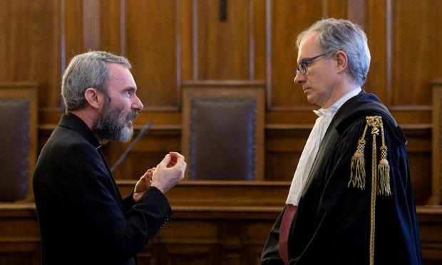 Carlo Alberto Capella im Gespräch mit seinem Anwalt