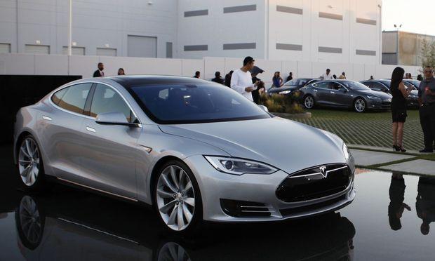 People arrive to hear Tesla Motors Inc CEO Musk demonstrate Tesla's new battery swapping program in Hawthorne
