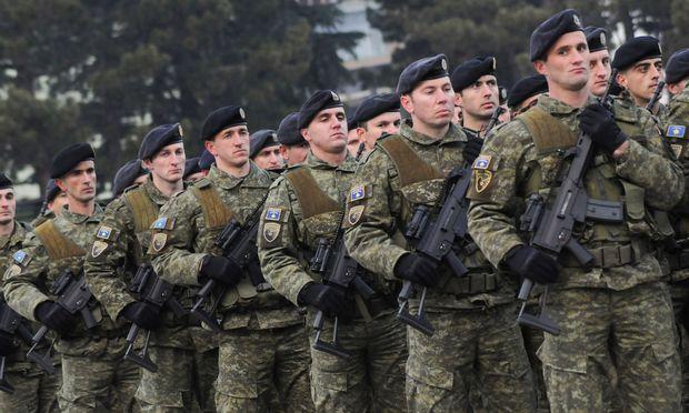 Kosovo gibt sich eine Armee und erbost damit Serbien