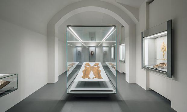Die Schatzkammer des von Boris Podrecca umgebauten neuen Dommuseums: mit dem Porträt Rudolf IV. hinten und seinem persischen Leichen-Anzug vorne.