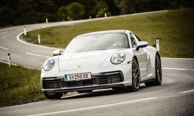 Kein Muffensausen aus Zuffenhausen: Unbeeindruckter lässt sich kaum ein Sportwagen durch schnelle Kurven pfeilen als der 911 4S mit optionaler Allradlenkung.