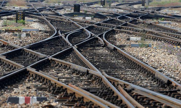 Wo es keine Schienen gibt, sollen ÖBB-Kunden künftig mit dem Mietauto fahren.  / Bild: APA/HERBERT PFARRHOFER
