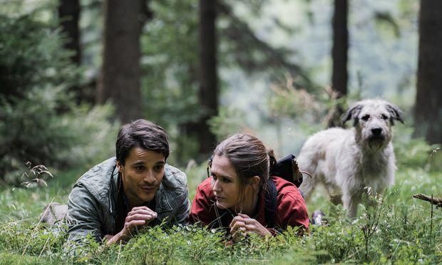 Ohne Hund hätten sie sich nie getroffen: der Förster (Kostja Ullmann) und die von ihrem Ex ausgebootete Journalistin Ella (Emily Cox).