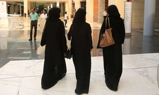 In Saudiarabien schreibt die Kleiderordnung für Frauen in der Öffentlichkeit den langen schwarzen Mantel Abaja vor.  / Bild: (c) imago/UIG (Catherine Leblanc / Godong)