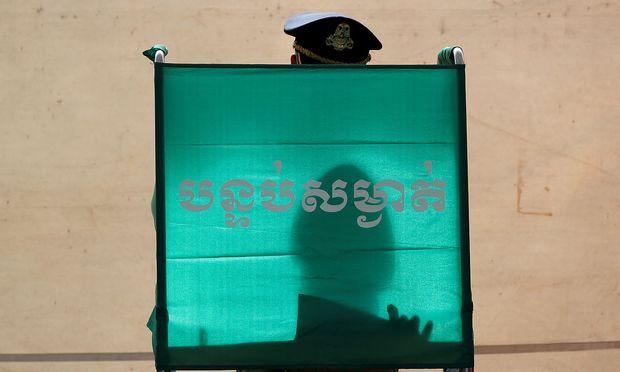 Ein Polizist bei seiner Stimmabgabe in Phnom Penh am 29. Juli