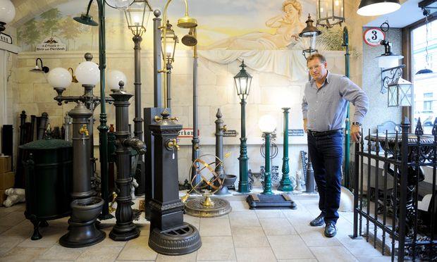 In Wolfgang Drabs Schauraum liegen die Laternen, Kandelaber, Zäune und Brunnen Wiens im Dornröschenschlaf.