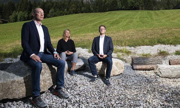 SAP-Manager Peter Bostelmann und die Berater Julia Culen und Johannes Narbeshuber bei einem (natürlich gestellten) Moment des Innehaltens am Rande des Forum Alpbach (von links).