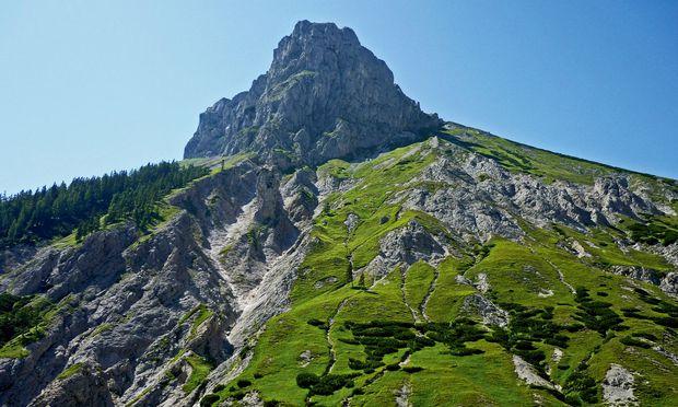 Kalk. Über der Baum- und Almzone werden die Berge rau und karstig.