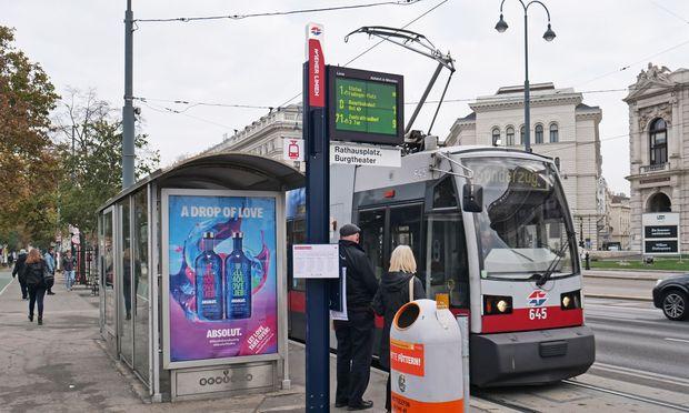 Derbheit in Stahlblau: das neue Wiener-Linien-Stationsschild.