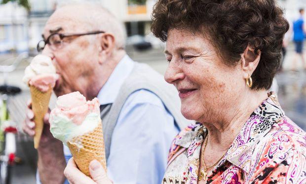 Smiling senior woman with ice cream cone model released Symbolfoto PUBLICATIONxINxGERxSUIxAUTxHUNxON