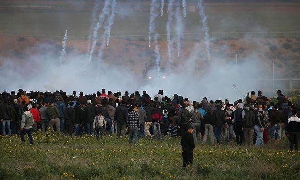 Israel feuert Tränengas auf palästinensische Demonstranten an der Grenze.