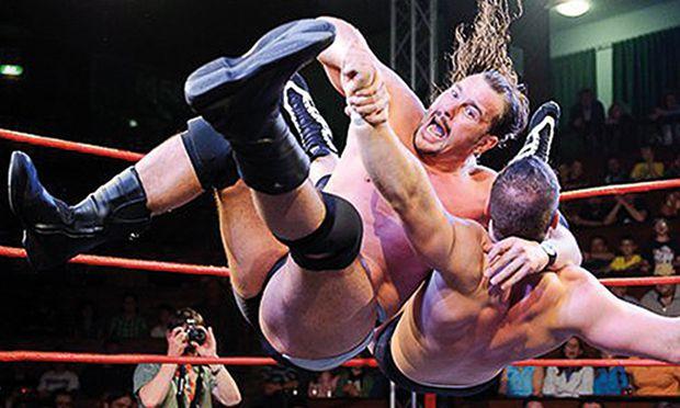 Michael Kovac (links), Wrestler seit den 1990ern, kämpft für den Catch-Sport.