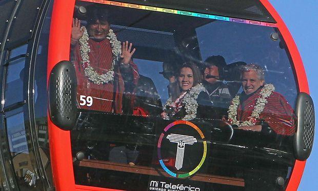 Evo Morales (li.) fährt mit der neuen Doppelmayr-Seilbahn von La Paz nach El Alto.