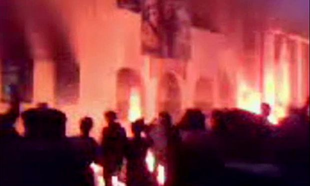Ein Bild aus einem Amateurvideo zeigt Menaschen vor einem brennenden Polizeirevier in Tobruk