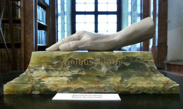 """Wahlspruch """"Viribus Unitis"""". Gipsabguss der Hand Kaiser Franz Josephs. – Bis 27. November in der Ausstellung """"Der ewige Kaiser"""" in der Österreichischen Nationalbibliothek."""