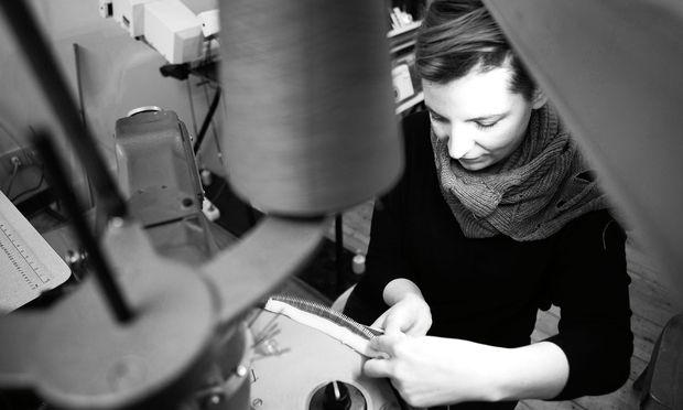 Textiles Handwerk. Veronika Perschè arbeitet mit Garn, Wolle, Nylon und sogar Stahldraht.
