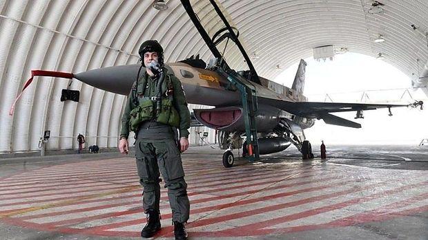 Oberst Željko Ninić vor einer F-16 in Israel