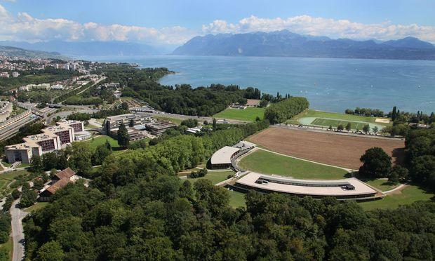 Direkt am Genfer See, mit Blick auf Schweizer und französische Berge, liegt der Campus der Universität Lausanne.