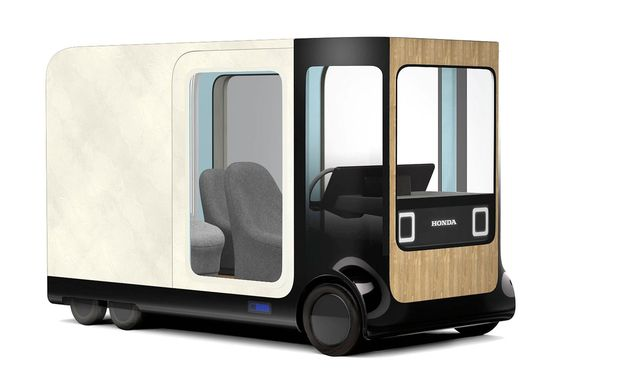 Mobile Ein kleiner Raum mit fünf Quadratmeter Wohnfläche, der fahren kann und am Stromnetz des Hauses hängt.
